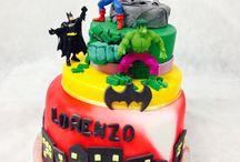 Supereroi Cake / Invincibili, coraggiosi e dotati di Super poteri! Che sia l'ironia di #Spider-Man o la spavalderia di #Iron-Man, l'intelletto superiore di #Batman o la potenza di #Hulk ... Il battagliero #CaptainAmerica con il suo scudo! I #Supereroi hanno conquistato la fantasia di milioni di bambini! #Supereroicake #supereroescake #Tortedecoratecastelliromani #Castelliromani #Cakedesign #Marvel #festeatema #party #compleanni #salafeste #Pastadizucchero #saracino #modecor www.torteamorefantasia.com