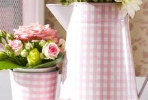 Wedding Theme Gingham / Be right on trend with a Gingham theme wedding.  Think fetes, picnics, summer festivals and all the gingham bunting, tablecloths, napkins and bright colours that create a truly, celebratory atmosphere.  Dress Your bridesmaids in 1950 style Gingham dresses and your groom in a Gingham tie or waistcoat.