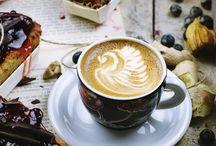 Coffee kind of day / Café du soir au matin. Bien noir au réveil ou avec le petit déjeuner au lit, le café se déguste latte après le repas ! Et idéalement on trouve un barista artiste qui dessinera un coeur ou une feuille sur notre café