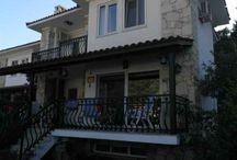 Günlük kiralık Villa Marmaris /  Marmaris'in en popüler yerleşim merkezlerinden İçmeler'de bulunan Günlük kiralık Villa Marmaris siz değerli misafirlerimize 5 yatak odası ve 10 kişilik kapasitesi ile kalabalık tatil yapmayı tercih eden Ailelerimize Günlük kiralık,Haftalık Kiralık olarak Hizmet vermektedir.       İçmeler Plajına 800 metre mesafede bulunan Günlük kiralık Villa Marmaris özel bahçesi ve özel havuzu ile oldukça rağbet görmektedir.Kalabalık ailelerimizin yoğun iş temposunun ardından doğa ile başbaşa kalabileceği aynı sessiz ve konfolu dizayn edilmiş Günlük kiralık Villa Marmaris'i tercih edebilirler.Marmaris merkeze 8 km mesafede bulunan Günlük kiralık Villa Marmaris tatiliniz için doğru bir tercih olacaktır.