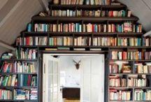 Biblioteca alrededor de la pared