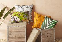 Viidakkomeininkiä / Vehreä vihreä tuo tuulahduksen kesää kotiin. Muodikas vihermeininki on nyt hillittyä, viidakko- ja kasvikuviot ovat isoja mutta niitä käytetään hallitusti. Tunnelma pysyy rauhallisena, kun pohjoismaisen vaaleita puupintoja  yhdistetään viidakon vihreään.