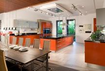 Küchen in Orange / Ein Küche in Orange versprüht sommerliche Frische, mehr als es jede andere Farbe tut. Ob ganze Küche oder Solostück - wir zeigen wie Orange in der Küche funktioniert.