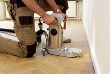 MONTÁŽ MASIVNÍ PODLAHY CELOPLOŠNÝM LEPENÍM / Nejčastějším způsobem montáže masivních podlah je montáž celoplošným lepením. K lepení masivních podlah je nutno použít kvalitní lepidla renomovaných výrobců ( UZIN ). Pro každou dřevinu a podklad je nutné zvolit správný typ lepidla ( informace o vhodném typu lepidla vám rádi poskytnou naši vyškolení pracovníci ).