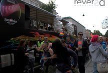 Coberturas de Paradas Gays e Caminhadas Lésbicas / Destaques de coberturas especiais de Paradas Gays e Caminhadas Lésbicas, realizadas no Brasil e no mundo pelo Reversa Magazine.