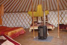 La Grande Yourte Ethnique des Yourtes Charentaises / Yourte de 50m² pouvant accueillir de 5 à 8 personnes, avec salle d'eau de 20m² à quelques mètres ( 2 douches à l'italienne sur galets, 2 lavabos, WC, chauffe eau solaire)