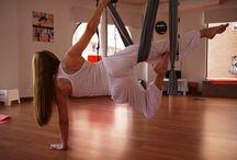 Aero Fitness / Esta técnica es una derivación del aero pilates y aero yoga pero impartida de forma más dinámica y aeróbica. A los beneficios de sus hermanas hay que añadir la mejora en el sistema cardiovascular, la quema de grasas (adelgazar), y el aumento de la capacidad pulmonar.