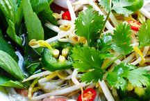 Pho/Phở / Vietnamese noodle soup consisting of broth, linguine shaped rice noodles and herbs and meat.  Polévka phở ( hovězí či kuřecí ) je podávána s širokými rýžovými nudlemi, plátky masa a jarní cibulkou.