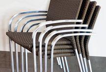 Linha Arauco / Neutralidade e conforto são as essências da linha Arauco, composta por cadeira empilhável com braço e mesa redonda. O conjunto tem um acabamento duplo em fibra sintética com estrutura em alumínio e traz no seu design a simplicidade de uma peça funcional para o cotidiano.