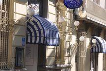 hotelmediumromàntic / El hotel medium romàntic ocupa dos villas de estilo modernista que conservan la decoración del siglo XIX. En los espacios comunes y en las habitaciones es posible contemplar una extensa colección de obras de arte, constituida por pinturas, cerámicas y esculturas originales. Su jardín es uno de los lugares con más encanto de todo Sitges: un espacio de ensueño donde relajarse entre palmeras, hiedra y madreselva.    El hotel está ubicado en el centro histórico.
