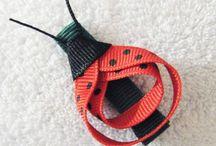 Z tasiemek wstążek sznurków