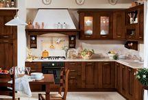 Cucine Classiche - Agnese / La linea pulita riprende la tradizionale sobrietà delle cucine di un tempo. Solida e pratica, Agnese è una cucina di alta qualità costruttiva e di sicura resistenza, adatta a chi desidera gustare i sapori di un design tradizionale e sapiente. Il legno massello tinta noce o laccato tinta magnolia valorizza l'immagine classica di questo modello.