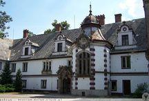 Krzyżowice - Pałac / Pałac w Krzyżowicach został wybudowany w XVIII w. dla rodziny von Reichell. Obecnie w budynku pałacu mieści się szkoła.