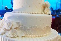 Bolo de Casamento com Rendas, Flores & Pérolas / Um charme especial ao Bolo de Casamento da Ana Barros Bolos com este céu azul de fundo...
