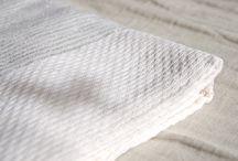 Ma collection de foutas / La fouta : Elle est plus légère et plus grande en dimension que le drap de bain éponge. Facile et ultra rapide à sécher. La fouta d'origine tunisienne, initialement utilisée dans les hammams, se démocratise en Europe. Textile absorbant et tissé, il se termine par des franges. Détournée de son usage, la fouta (ou futah) se pose sur un canapé en jetée de lit, ou sur un fauteuil ... Les termes dérivés, en fonction des pays sont : futah, pestemal, pestamal, peshtemal.