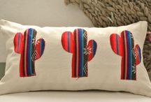 almohadones con apliques de aguayos