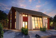 Modernes Fertighaus Trendline S: Mit großem Platzangebot / Trendline S: Das sind moderne Fertighäuser (Ausbauhäuser) mit großzügiger Wohnfläche, offener Bauweise und außergewöhnlicher Architektur über zwei geräumige Etagen.  Offen und hell sind die 6 verschiedenen Modelle der Trendline-S-Serie. Ob mit einer Glasfront über zwei Geschosse, bodentiefen Fenstern, Galerie oder extravagantem Pultdach, die weitläufigen Grundrisse lassen keine Wünsche offen und bieten den Traum vom anspruchsvollen Wohngefühl.