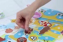 Pic'N'Mix Sticker Puzzles / These puzzle games allow multiple levels of difficulty allowing  them to grow with your child. Stick the  Velcro puzzle pieces to  one of the beautifully illustrated Polypropylene story boards.   Diese Puzzle-Spiele erlauben mehrere Schwierigkeitsstufen so dass sie mit Ihrem Kind zu wachsen. Kleben Sie die Klettpuzzleteile zu einem der wunderschön illustrierten Polypropylen Storyboards .