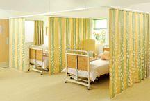 Hastane Perdesi / Hastane perdesi hasta odalarında polikiliniklerde acil girişlerinde yatak ayırıcı olarak uygulanan bilen bir perde sistemidir . Kumaşları saten %100 anti bakteriyel. Alev almaz kan lekesi tumaz hastene konseptine göre logolu baskı seklin uygulaanabılr