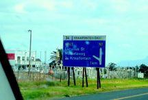 TABLE MOUNTAIN - Africa do Sul / Num país em desenvolvimento, parte dos BRICS, me deu um show de cuidados com a 'coisa pública', com a Indústria Turística e com a prestação de serviços urbanos. Ficou faltando direitos iguais entre etnias. O Apartheid pode ter sido extinto, mas o racismo ainda é gritante nos acessos aos equipamentos urbanos para brancos e negros. O único casal negro visto em um restaurante onde estivemos, era turista. De resto, Cape Town deu um banho! Nossos serviços públicos são ridiculamente inferiores!