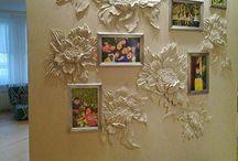 květy na stěnách