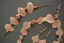 """gioielli collezione """"SWEET PINK"""" / Collezione """"SWEET PINK"""" I bijoux di questa collezione rappresentano la declinazione della Collezione Waves nelle eleganti e sensuali tonalità del rosa cipria sposato all'argento. MATERIALI UTILIZZATI PER LA COLLEZIONE Resine sintetiche atossiche, minuteria metallica anallergica (nichel and lead free), cordami in cotone e seta."""