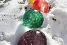 ijsbollen in de sneeuw / ijsbollen maken in ballon met gekleurd water, nachtje in de vrieskou en ballon verwijderen