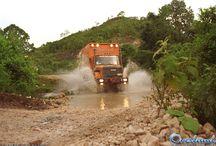 """Overland 2/8 """"La riscoperta delle Americhe"""" / La scoperta delle Americhe, partita nel giugno 1997, ha visto i 4 camion di Overland alle prese con problematiche assai diverse ma altrettanto avvincenti. L'itinerario si è snodato lungo l'intero continente americano, da nord fino all'estremo sud della Terra del Fuoco, con l'arrivo a San Paolo del Brasile dopo quasi 5 mesi di viaggio e oltre 40.000 km di percorrenza totale. La scoperta delle Americhe è stata trasmessa da Rai1 con 13 puntate e un ottimo share del 27%."""