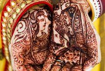 Mehndi / Piękny i urzekający zwyczaj dekorowania henną dłoni i stóp panny młodej - ma przynieść szczęście w życiu małżeńskim.