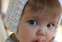 Babymeisje met 2 vingers in mondje