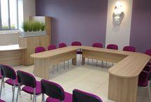 Brio / La chaise empilable la plus étroite de la gamme SOKOA. Avec 43,5 cm de largeur hors tout elle se place parfaitement autour de tout type de tables de conférence et réunion en optimisant le nombre de places assises.