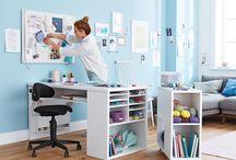 organizovaný pracovní prostor / pracovní místa, stoly, organizéry