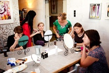 Makeupownia / MAKE'UPownia to miejsce dla osób, które lubią się bawić modą, makijażem, fryzurami, odkrywać swoje nowe twarze. W kameralnej atmosferze zespół doświadczonych ekspertów od wizerunku pomoże przyswoić tajniki profesjonalnego, reprezentacyjnego wyglądu stosownie do typu urody, charakteru i rodzaju wykonywanej pracy.