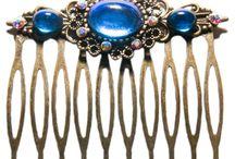 Accessoires coiffure féeriques / Découvrez nos nouveaux accessoires de coiffure féeriques ornés de cabochons en verre, de cristaux de Swarovski et de pierres fines.