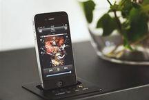 KREAFUNK / aSHELF and bshelf  sound and design united hylde hos www.houseofbk.com  aSHELF fra den danske designvirksomhed KREAFUNK er en dock forklædt som en hylde, som afspiller både iPhone og iPod, plus den kan leveres med bluetooth så andre mobiltelefoner også kan tilkobles.    aSHELF og bSHELF by KREAFUNK er to i et: både en hylde og et lydsystem. Hyldens minimalistiske design falder i et med det rum den placeres i, og er samtidigt en usynlig lydkilde, der kan spille dit rum op.