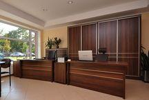 Meble biurowe / W naszej ofercie znajduje się pełna gama systemów mebli biurowych, od najprostszych rozwiązań pracowniczych poprzez systemy szaf i regałów, aż do ekskluzywnych zestawów mebli gabinetowych. Przedstawiamy Państwu wyjątkową kolekcję systemów mebli biurowych w skład której wchodzą meble gabinetowe, pracownicze, lady recepcyjne, ściany działowe, krzesła i fotele biurowe. Życzymy miłego oglądania.