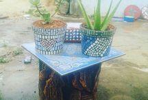 pot bunga mozaik / pot bunga yang di buat dari beton kemudian di berikan tempelan pecahan keramik ata kaca yang diwarnai untuk menambah tampilan halaman atau taman rumah menjadi lebih indah