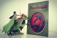 Drachenücher, Drachenreiterins Challenge / kleiner-komet.de / Drachenreiterin liest 50 Drachenbücher in 5 Jahren - ich wette es werden mehr ... Darüber bloggt sie auf http://www.kleiner-komet.de/category/die-welt-der-drachenreiterin/drachenbuecher/