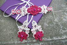 """Kolekcja biżuterii ślubnej sutasz """"Lilac Wedding"""" / Kolekcja biżuterii ślubnej sutasz """"Lilac Wedding"""" to bardzo ażurowa kolekcja, która zauroczy każdą Pannę Młodą :) Kompozycja niezwykle lekka i dwustronna. Tył wykończony haftem koralikowym."""