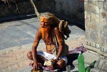 saints hommes / Les sadhus , sont les hommes  érrant  de l'inde , qui  ont renoncé à leur vie mondaine , en disant adieux à  deux choses de leurs vie; leurs biens et leurs familles . Menant une vie de célibat le Yoga  ascétique et recherchent l'illumination.