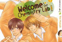 Welcome to the Chemistry Lab! (série terminée) / Le club de chimie est toujours désert, et Kôsuke se retrouve donc souvent en tête-à-tête avec son professeur, le sévère Shibaura. Sévère avec tout le monde, sauf avec lui, si bien que Kôsuke ne comprend pas pourquoi il est le seul à continuer de venir au club. Mais à quoi bon chercher !