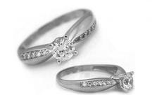 Zásnubné prstene / .Skôr než prikročíte k aktu sobáša, je zvykom, že slovenské páry absolvujú zásnuby. Zvykom je vymeniť si zásnubné prstene, čoraz viac sú obľúbené práve tie, ktoré zdobí diamant. Diamantové zásnubné prstene patria k najvyššej triede zlatých šperkov a zásnubné prstene s diamantom by mali budúcemu manželskému páru priniesť, podľa symboliky, hojnosť a trváci vzťah.  Slovenské páry siahajú často aj po zásnubných prsteňoch, ktoré sú  z bieleho zlata.