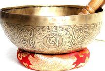 Tibeti hangtál / Tibeti hangtál hatásos stresszűző megoldás: - harmonkus hangulatot teremt, segít lecsendesíteni a kavargó gondolataidat,  - a hangtálak hangja hozzásegít ahhoz a nyugodt lelkiállapothoz, amiben pihentetően el tudsz lazulni - a hangtál rezgése abban is segít, hogy ebben a békés tudatállapotban minél tovább tudj időzni Webáruházunkban itt találod: http://www.tibetan-shop-tharjay-norbu-zangpo.hu/hangtal