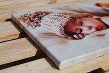 Personilized canvas prints / Οι πίνακες κατασκευασμένοι από καμβά βαμβακερό τελαρωμένοι σε ξύλο πεύκου, είναι ένα ιδανικό δώρο για εσάς και για τους ανθρώπους που αγαπάτε,  αφού μπορεί να διακοσμήσει τον χώρο σας με οποιοδήποτε θέμα ή φωτογραφία  με  στιγμές που θα σας μείνουν για πάντα ενθύμιο.     Είναι επίσης μια οικονομική λύση για την ανακαίνιση καταστημάτων – ξενοδοχείων και γενικότερα επαγγελματικών χώρων – γραφείων.