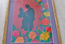 """""""In gradina cu trandafiri"""" / - tablou Unicdeco pictat si lucrat manual - tablou decorativ pentru interior, lucrat manual, care imbina atat pictura cat si manipularea mai multor tipuri de texturi - dimensiune 40x50cm - inramat pe comanda cu passepartout mov, rama aurie din lemn si sticla"""