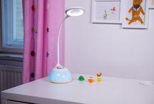 Kinder Schreibtischlampen / Schreibtischlampen  für Kinder sollten ausreichend Licht auf den Tisch bringen, einen stabilen Korpus haben und einen schwenkbaren Kopf, damit je nach Größe des Kindes der Lichtkegel in idealer Position gerichtet werden kann.