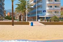 Hotel RH Riviera - Gandía / El Hotel de 3 estrellas, situado en 1ª línea de la Playa de Gandía, con habitaciones acogedoras y modernas. Su fachada blanca y azul y su estilo mediterráneo lo hace inconfundible. Situado frente al paseo marítimo con vistas al mar, además de un solarium en la planta ático. / by Hoteles RH
