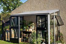 Przyścienna szklarnia ogrodowa Veranda / - Występuje w 3 rozmiarach: 4,4m2, 9,8m2 i 12,9m2 i dwóch kolorach: srebrnym (aluminiowym) oraz szaro/czarnym. - Szklarnia posiada 2 okna montowane na ścianach bocznych - Szklarnia jest nisko- progowa - Boki szklarni wypełnione są 3mm szkłem hartowanym - Dach z 10mm płyt poliwęglanowych - Szkło i poliwęglan montowane są przy użyciu specjalnych listew montażowych - Dzięki wysokim bokom szklarnia jest bardzo przestronna w środku i idealnie nadaje się jako miejsce wypoczynku.