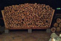 uložení dřeva na zahradě