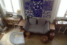 Salotto con divano letto e sedute in legno naturale